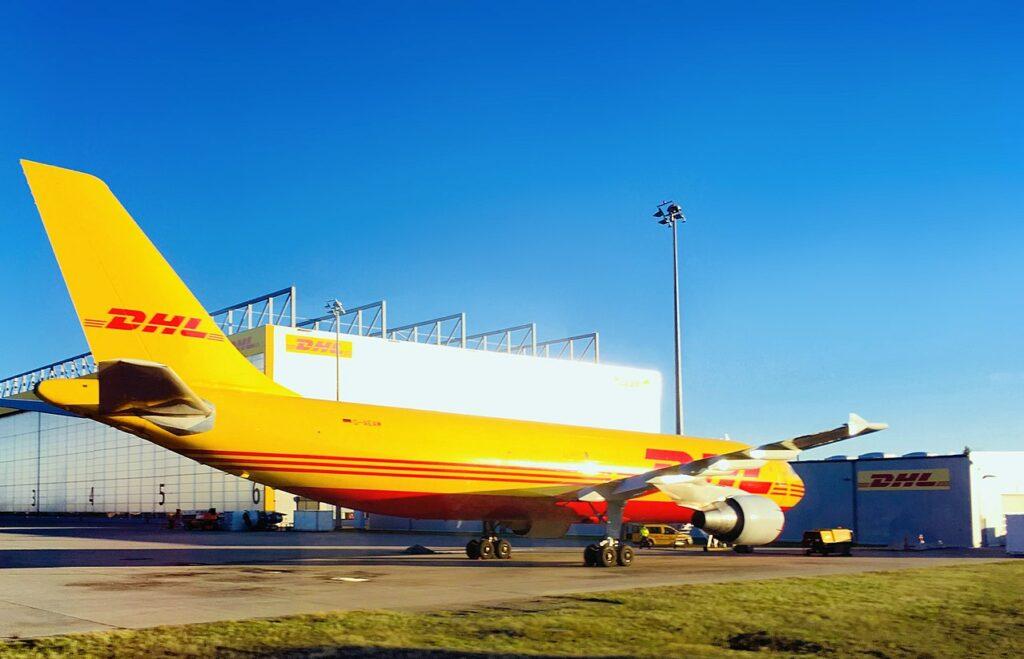 DHL Flugzeug am Flughafen Leipzig