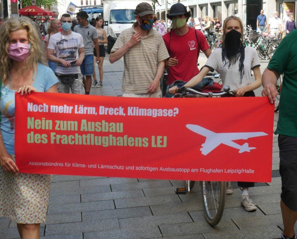 Demonstration mit Banner Aktionsbündnis für Klima- und Lärmschutz und sofortigen Ausbaustopp am Flughafen Leipzig/Halle