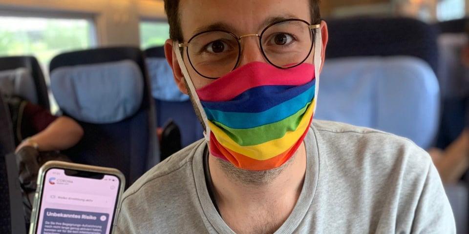Daniel mit Corona-Warn-App im Zug