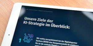 Broschüre zur Sächsischen KI-Strategie auf einem iPad